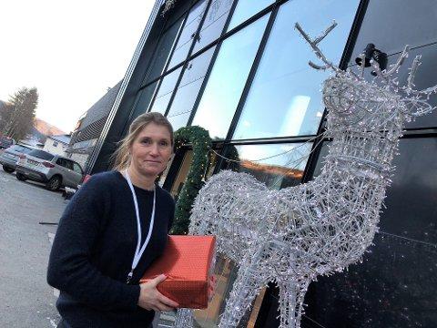 BINDER FAST: Reinsdyret ved inngangen har fått stå i fred. Nå blir Rudolf tjoret godt fast, sier senterleder Heidi Arnesen. FOTO: INGVAR SKATTEBU