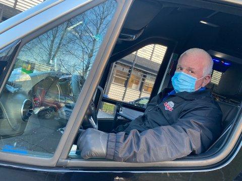 PASIENTREISER: Helt siden koronapandemien startet har taxisjåfør Jan Kletthagen og to av hans kollegaer ved Gjøvik Taxi kjørt pasienter med mistenkt eller bekreftet smitte på oppdrag fra Pasientreiser og AMK.