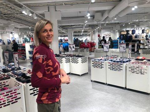JULEBUTIKK: Amundsen Sport på CC har tatt i bruk lokalene etter konkursrammede G-sport i første etasje. Eva Danielsen er en av de som skal bistå i butikken.