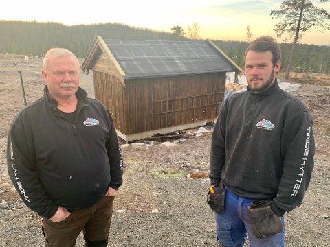 SÅ RØYK: Tinde-snekkerne Nils Dahl (til venstre) og Martin Lindvig så at det røyk fra dette annekset og ringte brannvesenet.