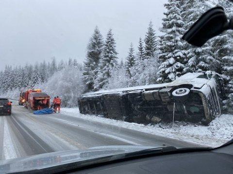 I KANTEN: Trailersjåføren mistet kontroll over vogntoget sitt og havnet på siden i grøfta av fv 33 torsdag formiddag.