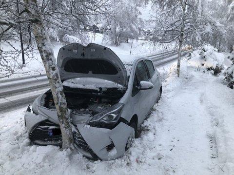 Denne bilen kjørte av veien og krasjet i et tre rundt 200 meter sør for Kiwi i Follebu tirsdag ettermiddag.