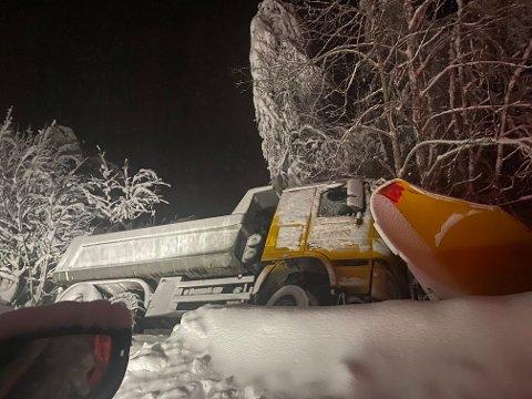 BRØYTEBIL I GRØFTA: En brøytebil havnet i grøfta sent mandag kveld. Ifølge en OA-tipser var det mange knekte trær i området.
