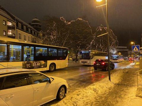 TRAFIKKORK: Her er bilde OA har fått til endt fra trafikken som sto i Hunnsvegen på Gjøvik fredag kveld.