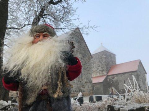 HISTORISK GRUNN: På sin lange førjulsferd rundt om i distriktet, hadde OA-nissen blant annet tatt en pust ved Søsterkirkene på Granavollen.
