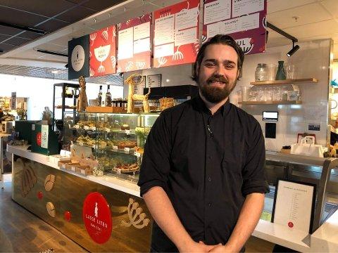 FORNØYD: – Juletrafikken har vært mye bedre enn jeg forventet, sier assisterende kaféleder Andreas Amtbro ved Lasse Liten cafe og deli.