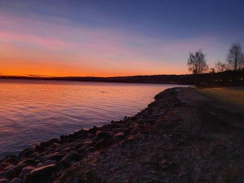 KLARVÆR: Sola står opp over Mjøsa første juledag. Resten av romjula vil sola holde seg bak nedbørskyer.