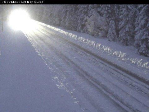 SNØ: Slik ser det ut på fylkesvei 33 over Vardalsåsen søndag ettermiddag.