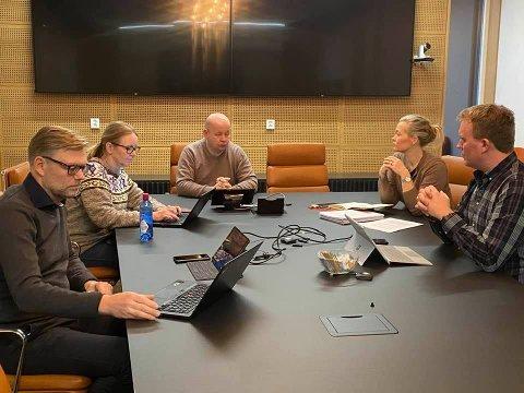 HAR ETABLERT «WAR-ROOM»: I jula har ordfører Torvild Sveen forskanset seg med den harde politiske kjerne-ledelsen i Gjøvik for å legge slagplanen for det videre arbeidet i sykehussaken. Fra venstre Svein Håvar Korshavn, Anne Bjertnæs, Torvild Sveen, Kjersti Bjørnstad og Even Kyseth.