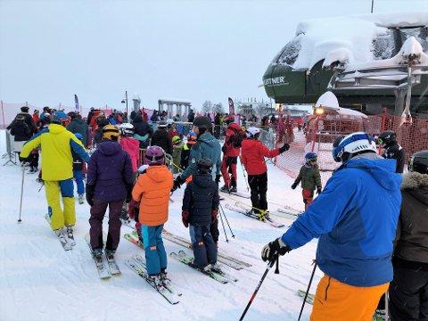 I KØ: Mye folk og redusert kapasitet skaper køer i skiheisene. FOTO: INGVAR SKATTEBU