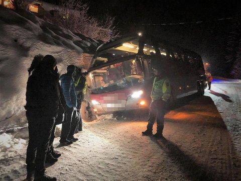 BUSS AV VEGEN: En turbuss skled av vegen i Valdres onsdag.