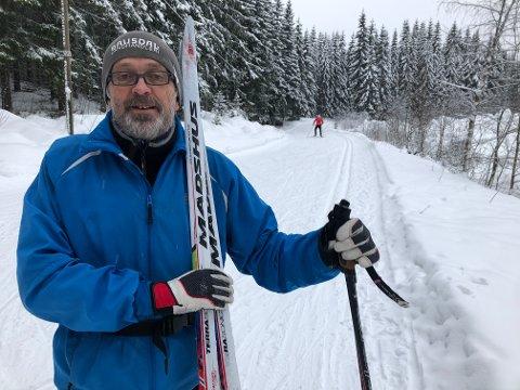 SKIENTUSIAST: Knut Rovik anbefaler gjerne en skitur i marka. – Vi er privilegerte som har det så fint, sier han.