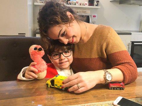 FREMMELIG FIREÅRING: David er fire, snart fem, og har lært om nødnumrene i barnehagen. Da mamma Sepideh Kamali falt om hjemme ringte han 113.