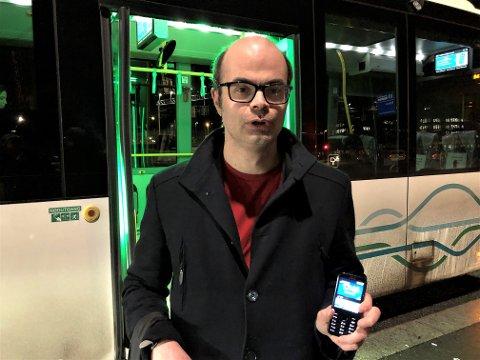 UBEHAGELIG SITUASJON:  – Plutselig befant jeg meg i en ubehagelig situasjon der jeg ikke fikk betalt for meg på bussen, sier Hans Olav Lahlum.