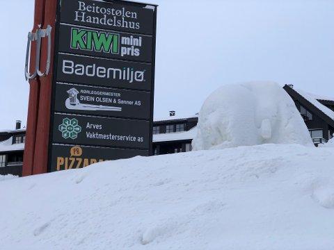 UGJENKJENNELIG: Denne snøfiguren ved Kiwi så fin ut i januar. Nå er den ugjenkjennelig.