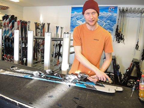 TØMMER UTLEIA: Jan Erik Nordlund i skiutleia i Valdres Alpinsenter hadde bare noen få av 500 par ledige tirsdag formiddag.