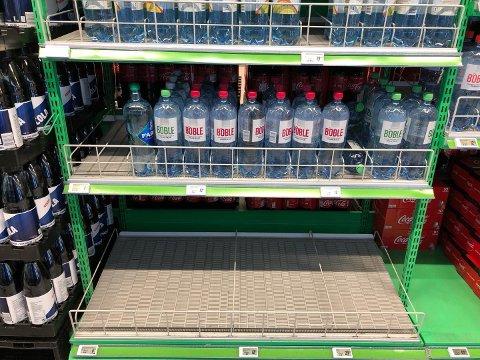 Butikkhyllene på Raufoss og i Hunndalen er tømt for flaskevann etter at Vestre Toten kommune sendte ut kokepåbud på grunn av bakteriefunn i drikkevannet.