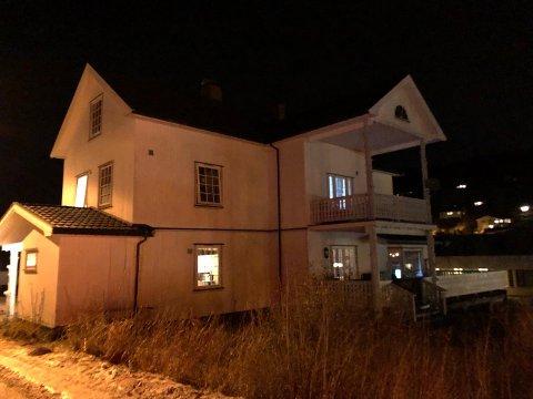 GJENÅPNET: Hovedhuset ved behandlingstilbudet Hov Nordre ble stengt ned etter drapet i januar. Fire beboere er nå tilbake i sine hjem, snart en måned senere. I det siste har det vært mulig å se lys i vinduene igjen.