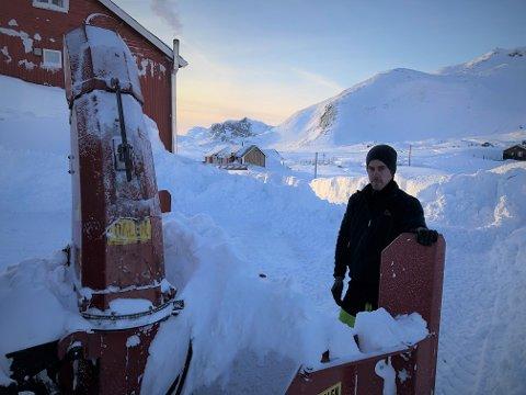 MER ENN NOK: Jo Oxhovd freser fram Bygdin Fjellhotell og er klar for å ta imot vinterferiegjestene. – Det er mer enn nok snø her, konstaterer han. Foto: Ingvar Skattebu