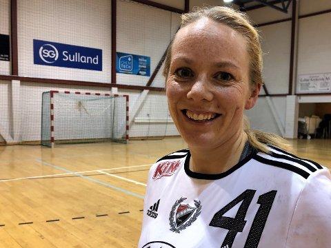 Anja Sveen trives som flyvertinne, småbarnsmor og håndballspiller for Skreia i 2. divisjon.