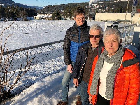 Grete Stensvold, Brynulf Larsen og Tore Jakobsen er frustrerte og oppgitte over at ingenting har skjedd på Dokka stadion, der de ble lovet nytt friidrettsanlegg for 32 år siden.