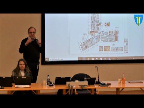 Y-BLOKKA: Formen på den nye Torpa skole får får flere til å trekke paralleller til Y-blokka i regjeringskvartalet.