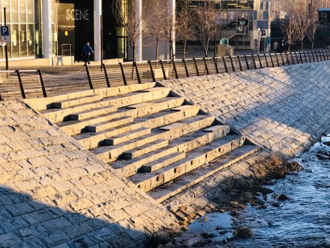 TRANGT: Kulturtrappa utenfor Gjøvik kino og Strandhotellet er pen å se på, men egner seg dårlig til større arrangementer.
