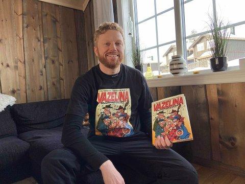 TOPPSPINN AS: Sture Krey Skjæret viser fornøyd frem boka som forlaget hans, Toppspinn AS, har gitt ut.