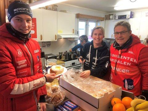 Håvard Tosterud fikk servert kake av mor Kristin og far Kjartan etter å ha tatt bronse i Hovedlandsrennet i skiskyting på hjemmebane i Karidalen.