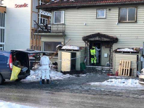 STARTET HER?: Ifølge brannmannskap brant det på sørsiden av huset ved denne inngangen da de kom til stedet.