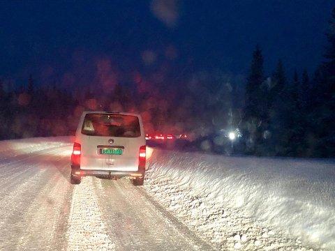 Trafikken går sakte forbi en trailer som ikke kommer seg videre på vinterføret i Torpavegen.