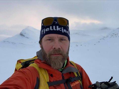 TRYGG FERDSEL: Ståle Rudiløkken holder kurs om trygg ferdsel i fjellet. I bakgrunnen ser vi Bitihorn og området bak toppen der raset gikk mandag. Foto: Privat