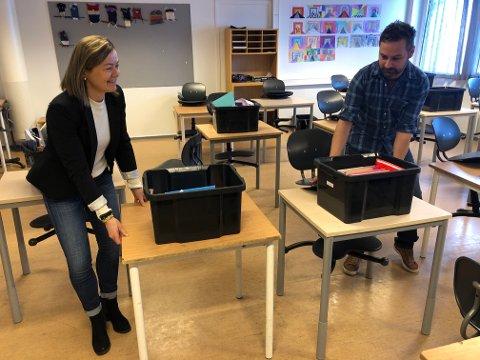 GJØR TILTAK: Rektor Ragnhild Ulheim og lærer Ardalan Holm flytter pulter fra hverandre. – Vi følger retningslinjene fra kommunen, sier Ulheim.