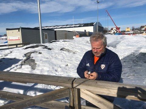 Daglig leder Ketil Gjerde låser porten på Vind stadion. Det eneste av aktivitet i klubben nå blir løypekjøring.