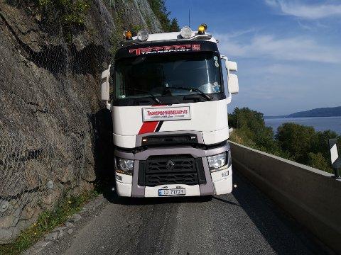 SKREKKOPPLEVELSE: - Det er en skrekkopplevelse hver gang jeg kjører her, sier lastebileier og -sjåfør Palmer Høgvoll fra Kapp om de smaleste og mest rasutsatte partiene på fylkesvei 33 i Skreiberga.