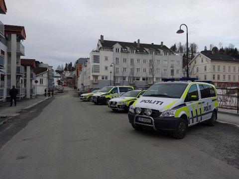 STORT OPPBUD: Politiet rykket ut med mye mannskaper til hendelsen i Skolegata i Gjøvik sentrum tirsdag morgen. En mann ble drept og en kvinne pågrepet.