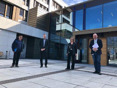 KRISEPAKKE: Even Solhaug (Ap), rådmann Magnus Mathisen, vararordfører Anne Bjertnæs (H) og ordfører Torvild Sveen (Sp) er alle enige om en krisepakke for å bøte på koronakonsekvensene i Gjøvik.