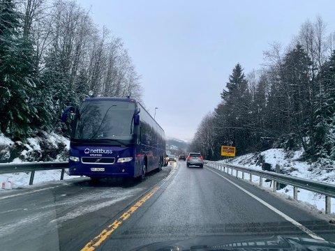 BUSS I VEGEN: En buss står i vegbanen og sperrer sørgående kjørefelt på riksveg 4 sør for roa.