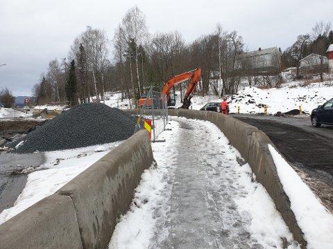 VEGARBEID: Ved avkjøringen til Hans Mustads gate er det vegarbeider på fylkesveg 2368 Raufossvegen.