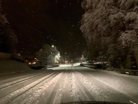 Det har kommet rundt ti centimeter snø i løpet av natten. På Raufoss hadde snøen lagt seg, mens i Gjøvik var veiene våte.