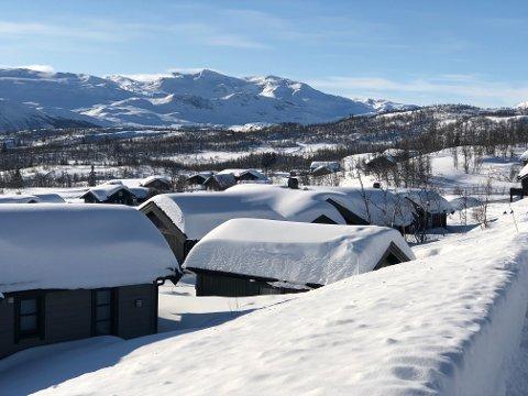 MYE SNØ: Det er mye snø i fjellområdene i Valdres, Langsua, Land og Gudbrandsdalen.Her fra et hytteområde på Beitostølen. FOTO: INGVAR SKATTEBU