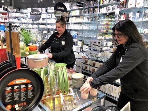 ELSKER JOBBEN SIN: Monica Underdal var tirsdag på plass igjen i Kitch'n-butikken i Fagernes kjøpesenter, sammen med Marte Moe.