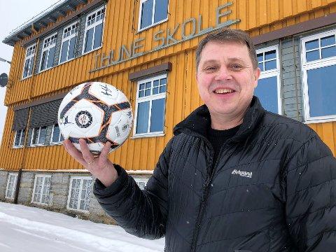 Fotball og skole har vært en stor del av livet til Frank Nyhuus (55). De 18 siste årene har han vært lærer på Thune skole på Eina. Idretten i Kolbu har nytt godt av 55-åringens tjenester i over dobbelt så lang tid.