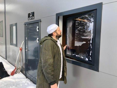 SOM SIST: Daglig leder Daniel Karlsson konstaterer at innbruddstyvene har gått fram på nøyaktig samme måte som sist. Foto: Ingvar Skattebu