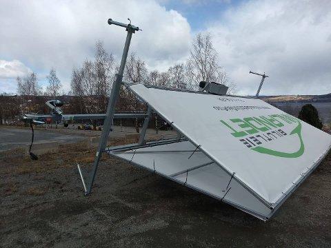 OVER ENDE: Hengeren med reklameskilt for Innlandet Bilutleie blåste over ende.
