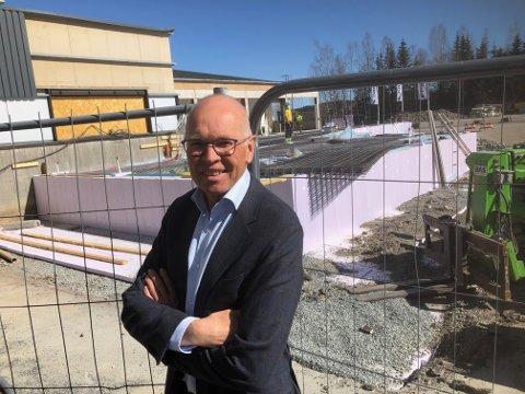 NY KONTORFLØY: Administrerende direktør Lars Ølstad i Isiflo foran den nye kontorfløyen, som skal stå klar i november.