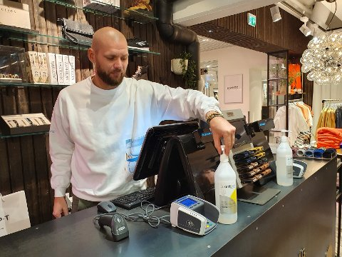 KONTROLL: Butikksjef Pål Tallerud ved Mapt på CC Gjøvik sier til OA at driften går som normalt på klesbutikken. Her avbildet i april 2020.