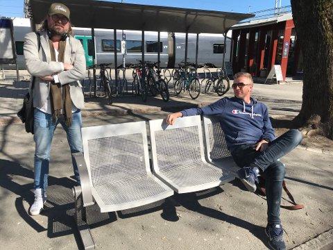 NETTMORO: Ken Andre Ottesen (t.v.) og Paul Håvard Østby har tatt humoren ut på internett.