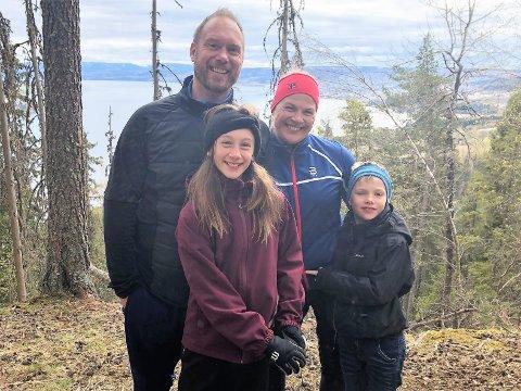 Øyvind og Linn-Helen Sørhusbakken fra Raufoss tok med barna Even (7) og Eline (10) til Ramberget nord for Gjøvik for å beundre utsikten søndag.