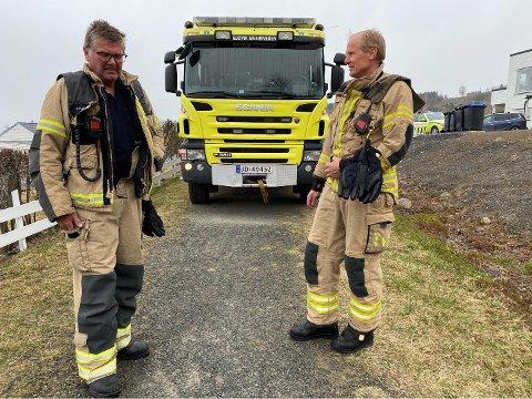 Brannkonstablene Bård Pladsen og Tom Harald Foss fikk fjernet den rykende tekokeren.